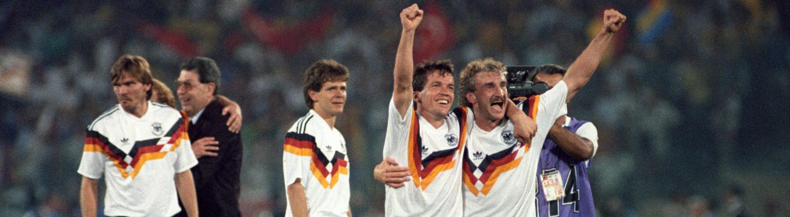 WM 1990 in Italien. Die deutschen Spieler jubeln.