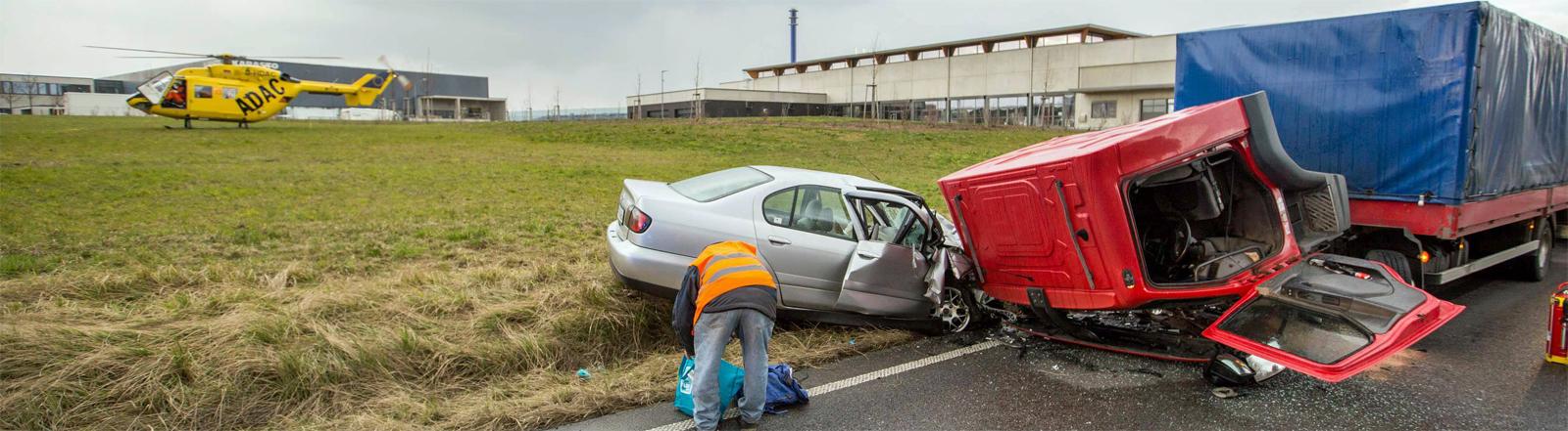 Ein Pkw ist im baden-württembergischen Backnang frontal mit einem Lkw kollidiert. Der Fahrer des Pkw wird schwer verletzt in die Klinik geflogen.