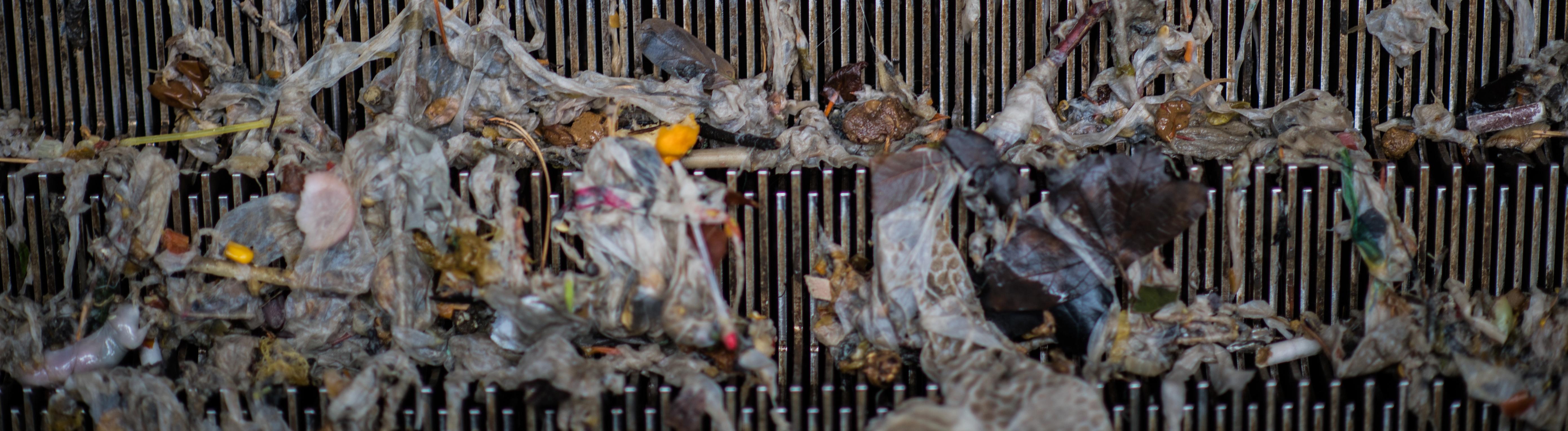 Was alles im Abwasser landet: Ein Rechen im Klärwerk des Zentralklärwerks Mainz