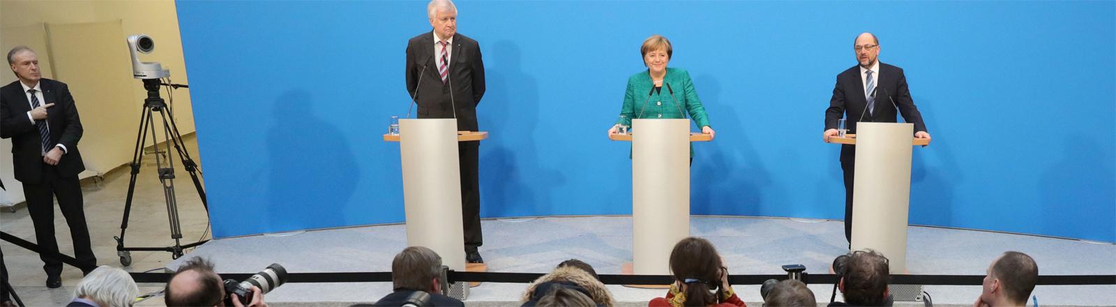 Pressekonferenz zur neuen großen Koalition: Host Seehofer, Angela Merkel und Martin Schulz treten am 7. Februar 2018 vor die Presse
