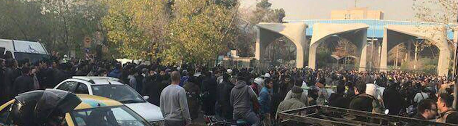 Proteste in Teheran: aufgebrachte Demonstranten am 30. Dezember vor der Universität