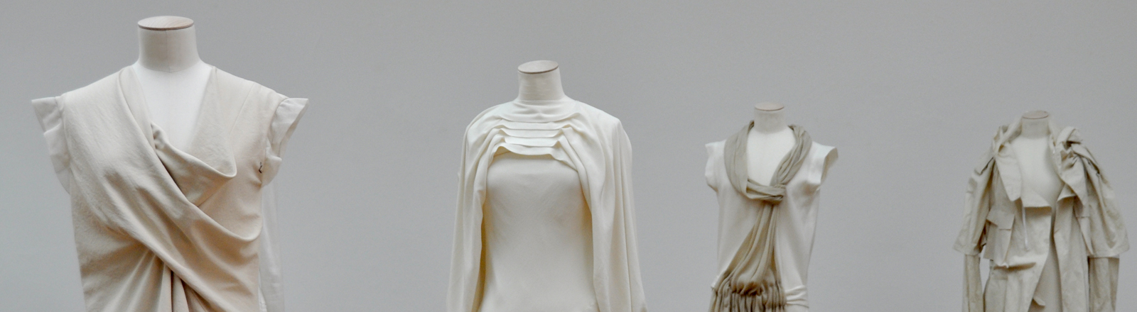 Kleiderpuppen mit Kleidern