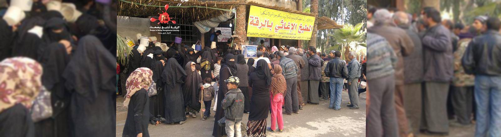 Menschen in Rakka vor einem Laden oder Kiosk.