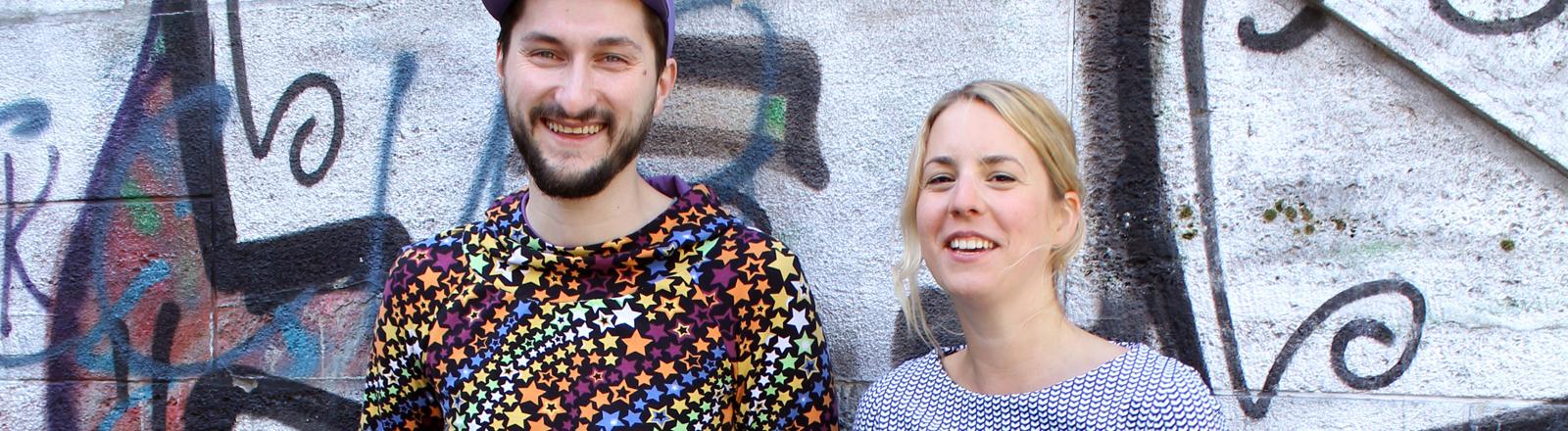 Zwei Studierende tragen Pullis aus einem Algen-Material