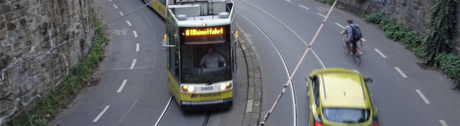 Straßenverkehr, Auto und Fahrrad in Bonn