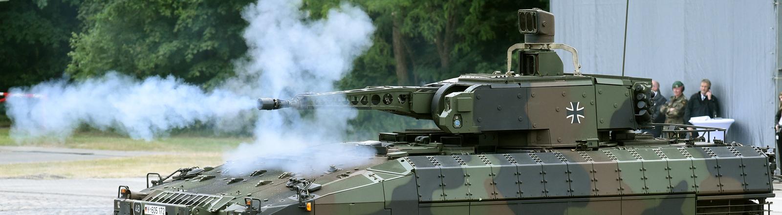 Der neue Schützenpanzer Puma wird am 24.06.2015 auf dem Erprobungsgelände des Unternehmens Rheinmetall in Unterlüß in der Lüneburger Heide (Niedersachsen) während einer Schießübung offiziell vorgestellt.