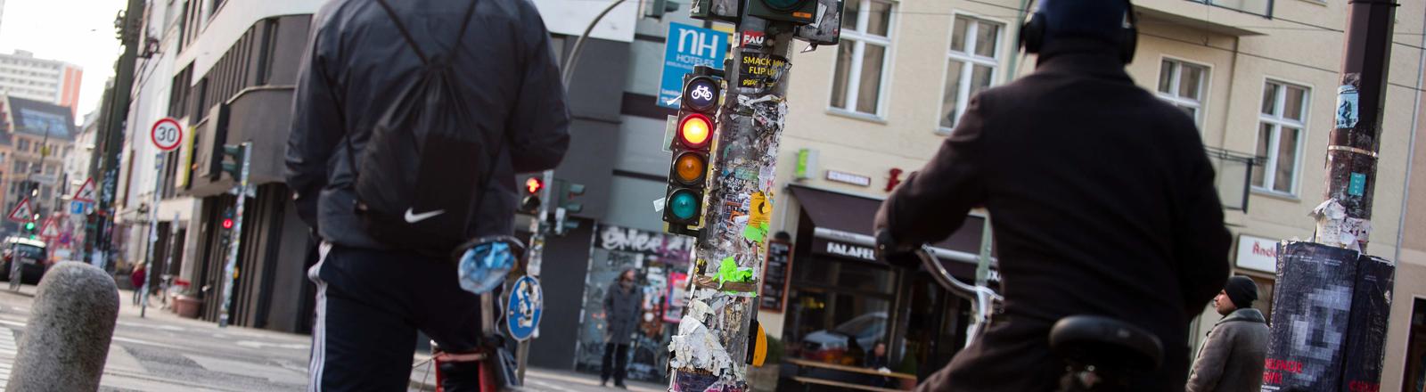 Fahrradfahrer an roter Ampel