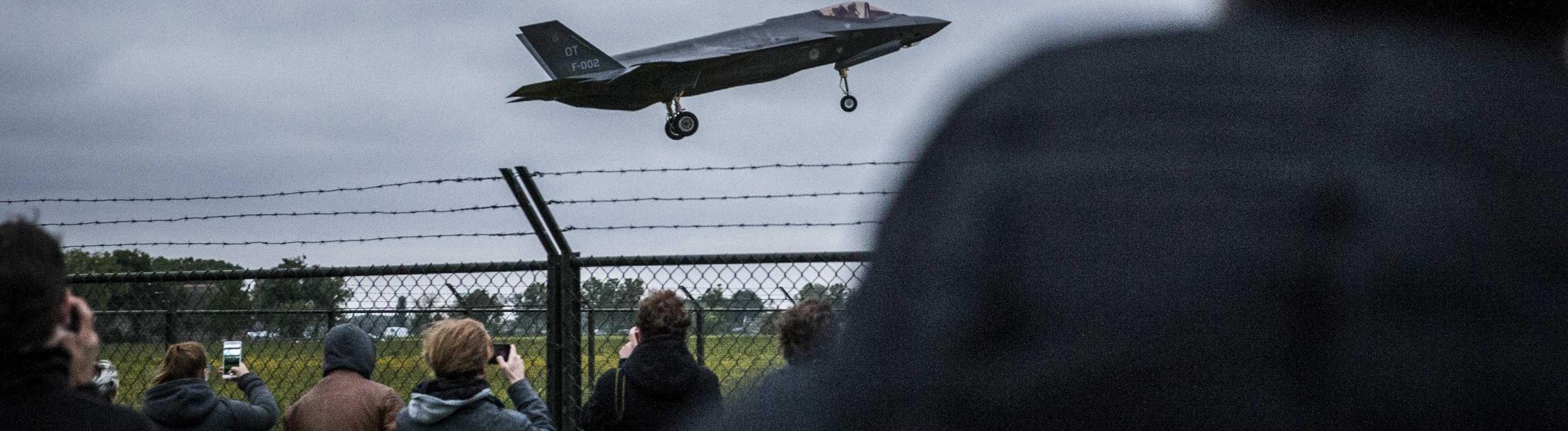 Exportschlager: Der amerikanische Waffenproduzent Lockheed Martin verkauft seine F-35 auch ins Ausland - hier ein niederländisches Exemplar beim Landeanflug im Jahr 2016. Darüber eine ältere Maschine des Typs F-16.