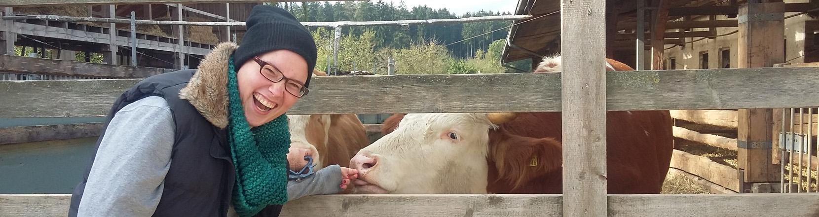 Landwirtin Julia Gillner vor Kühen
