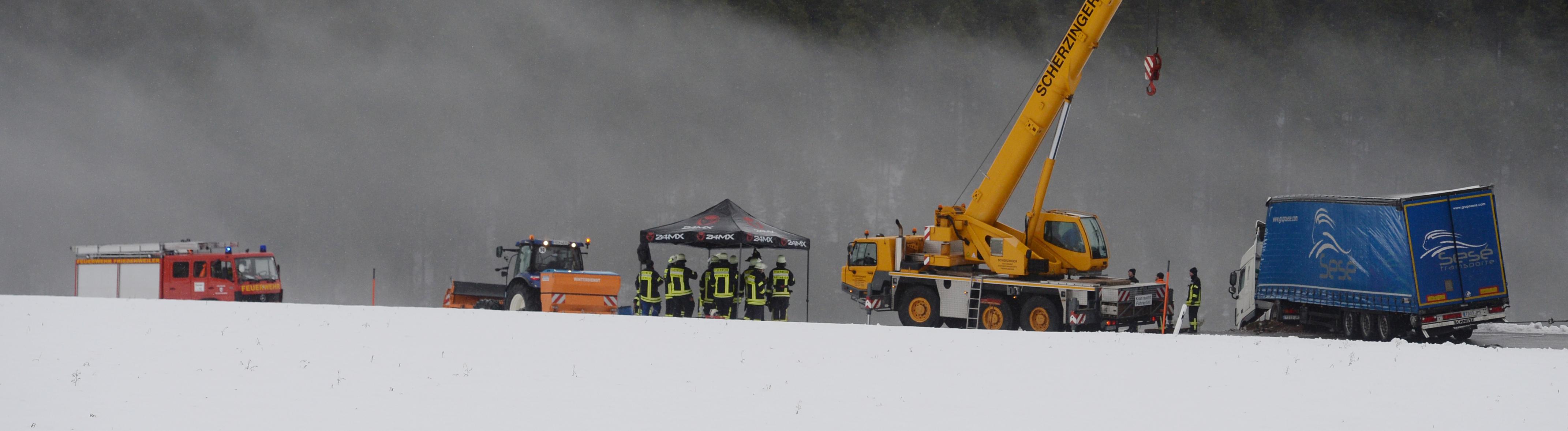 Bergungsarbeiten: Ein Lkw ist am 11. Dezember bei Friedenweiler im Schwarzwald in den Graben gerutscht.