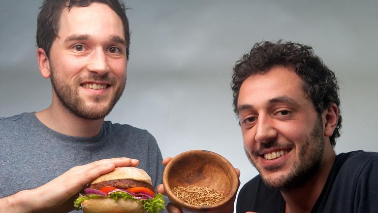 """Max Krämer (l) und Baris Özel stellen am 30.01.2016 in einem Fotostudio in Bremen ihren """"Insekten-Burger"""" vor. Das Burgerfleisch besteht zu rund fünfzig Prozent aus Buffalo-Würmern (Getreideschimmelkäferlarven)."""