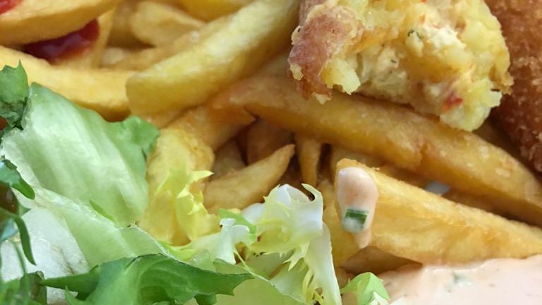 Pommes mit Kartoffeltasche und Salat