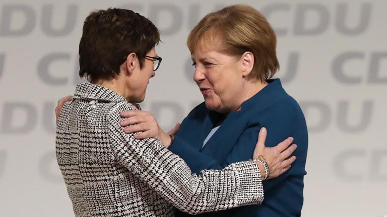 Angela Merkel umarmt die neue CDU-Parteivorsitzende Annegret Kramp-Karrenbauer