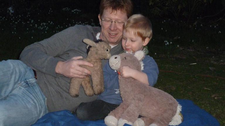 Redakteur mit seinem Sohn: Beide haben ihre Plüschtiere im Arm.