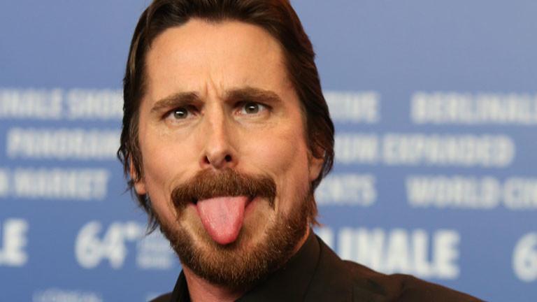 Schauspieler Christian Bale albert auf der Berlinale herum.