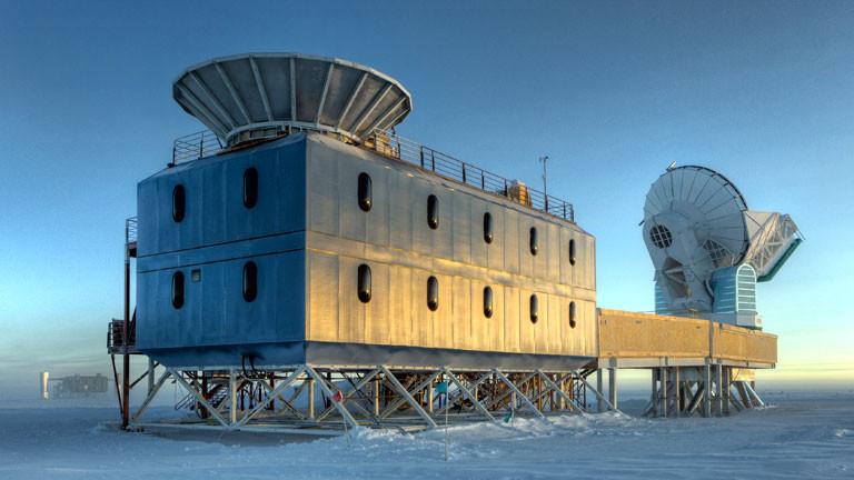 Das Dark Sector Lab der Amundsen-Scott-Station mit dem South Pole Teleskop (rechts) und BICEP 2