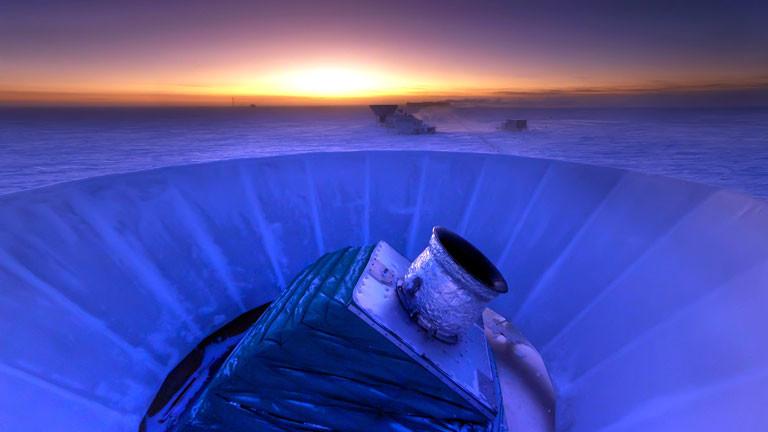 Das Teleskop BICEP2 am Südpol misst Mikrowellen aus dem All.