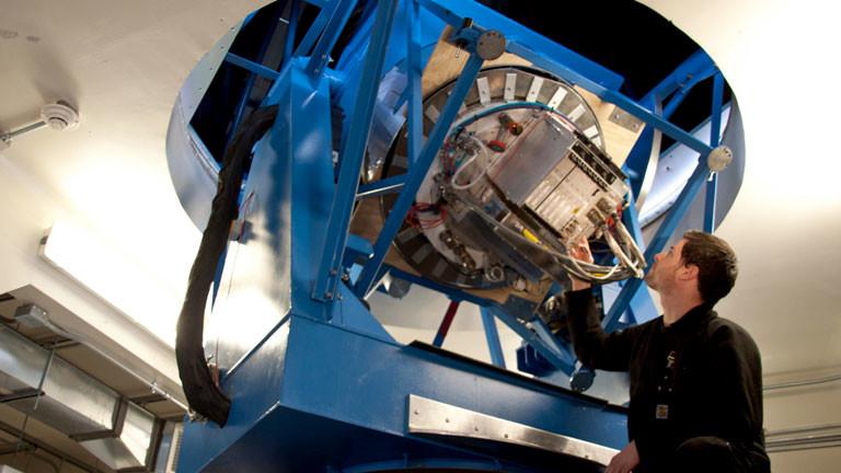 Ein Doktorand testet die Funktion des Teleskops Bicep2.