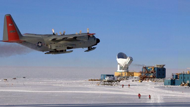 Am einfachsten ist das Dark Space Lab am Südpol mit dem Flugzeug zu erreichen.