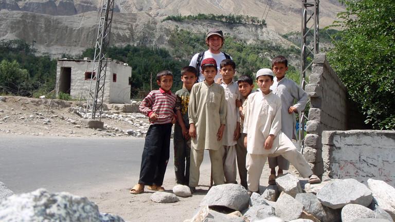 Sebastian Gaus unterwegs in Gilgit mit mehreren Jungs.