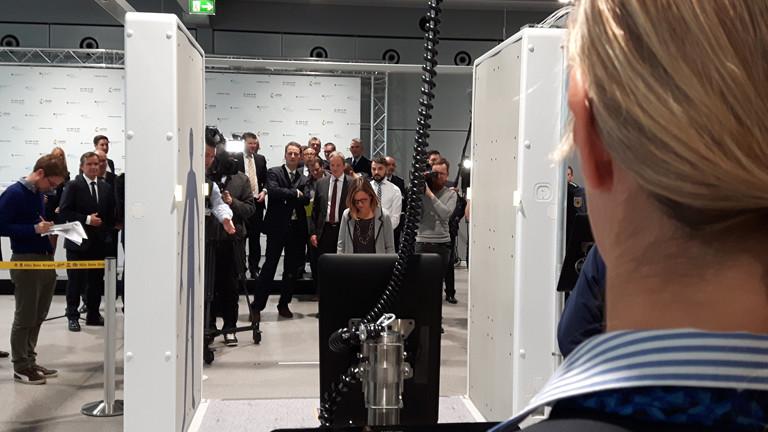 Komfortabler Bodyscanner des Easy-Security-Projekts am Flughafen Köln-Bonn.