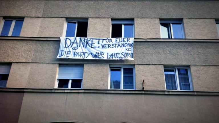 WG entschuldigt sich bei Nachbarn für zu laute Party mit einem Banner.