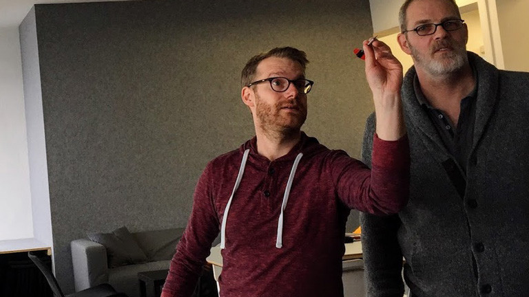 DRadio-Wissen-Reporter Christian Schmitt wirft Dart-Pfeile.