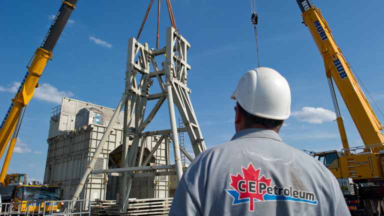 Mitarbeiter der deutsch-kanadischen Central European Petroleum GmbH (CEP) steht vor Bohrturm im brandenburgischen Guhlen.