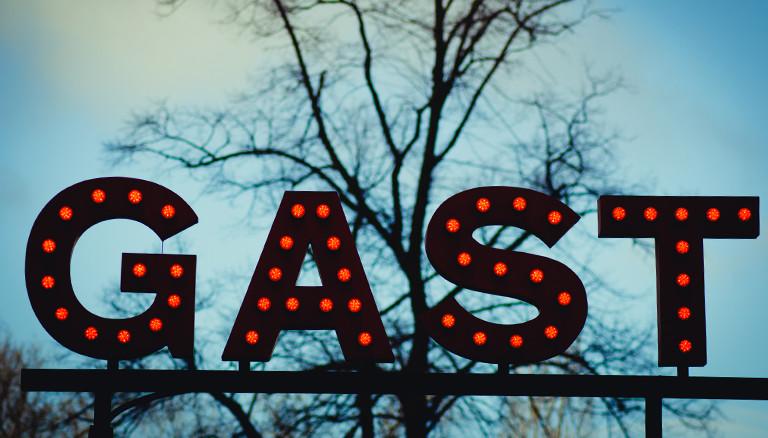 """Der leuchtende Schriftzug """"Gast"""""""