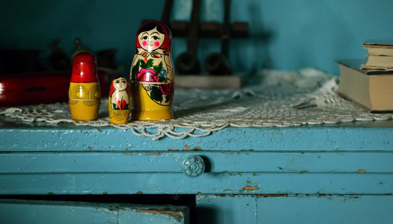 Drei russische Holzpuppen auf einem Sideboard.