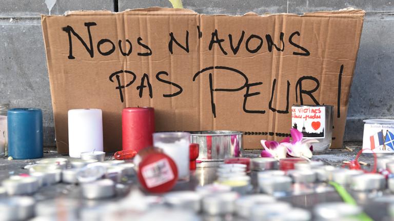 """Ein Karton mit der Aufschrift """"Nous n'avons pas peur!"""" (Wir haben keine Angst) am Pariser Platz der Republik."""