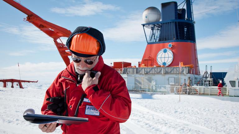Expeditionsleiter Dr. Eberhard Kohlberg koordiniert die Entladung auf der Eiskante.