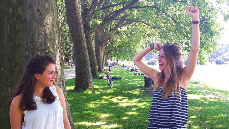 Die Studentinnen Ruth und Annika testen die besten Fotoposen.