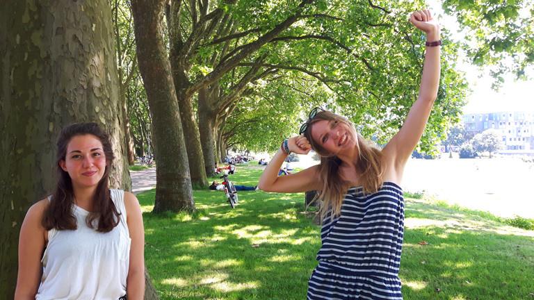 Die Studentinnen Ruth und Annika testen die besten Posen.