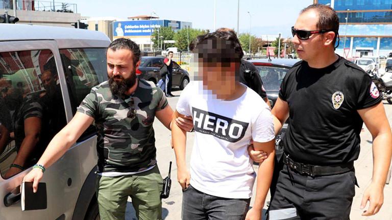 """Ein Student mit einem """"Hero""""-T-Shirt wird in der Türkei abgeführt, Gesicht verpixelt"""