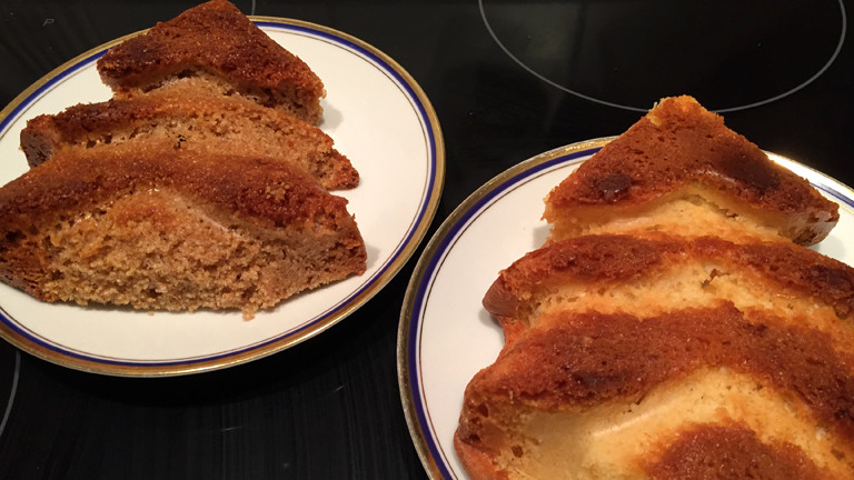 Aufgeschnittener Rührkuchen mit selbst gemahlenem Mehl
