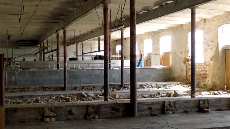 Ein alter Stall, der nicht mehr in Betrieb ist.