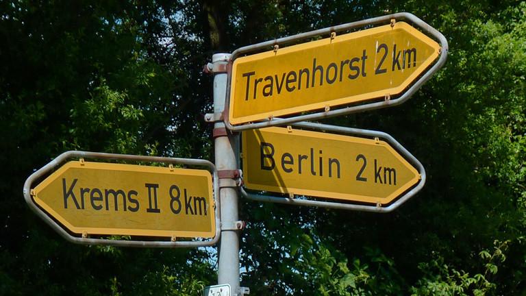 Straßenschilder: Krems, Travenhorst und Berlin