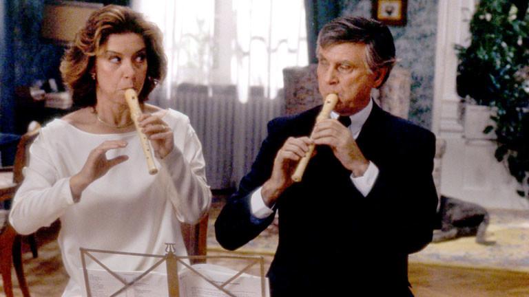 """Evelyn Hamann und Vicco von Bülow spielen bei Dreharbeiten zum zweiten Loriot-Film """"Pappa ante portas"""" auf der Blockflöte."""