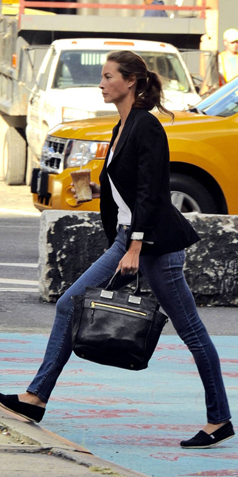Christy Turlington trägt Skinny Jeans