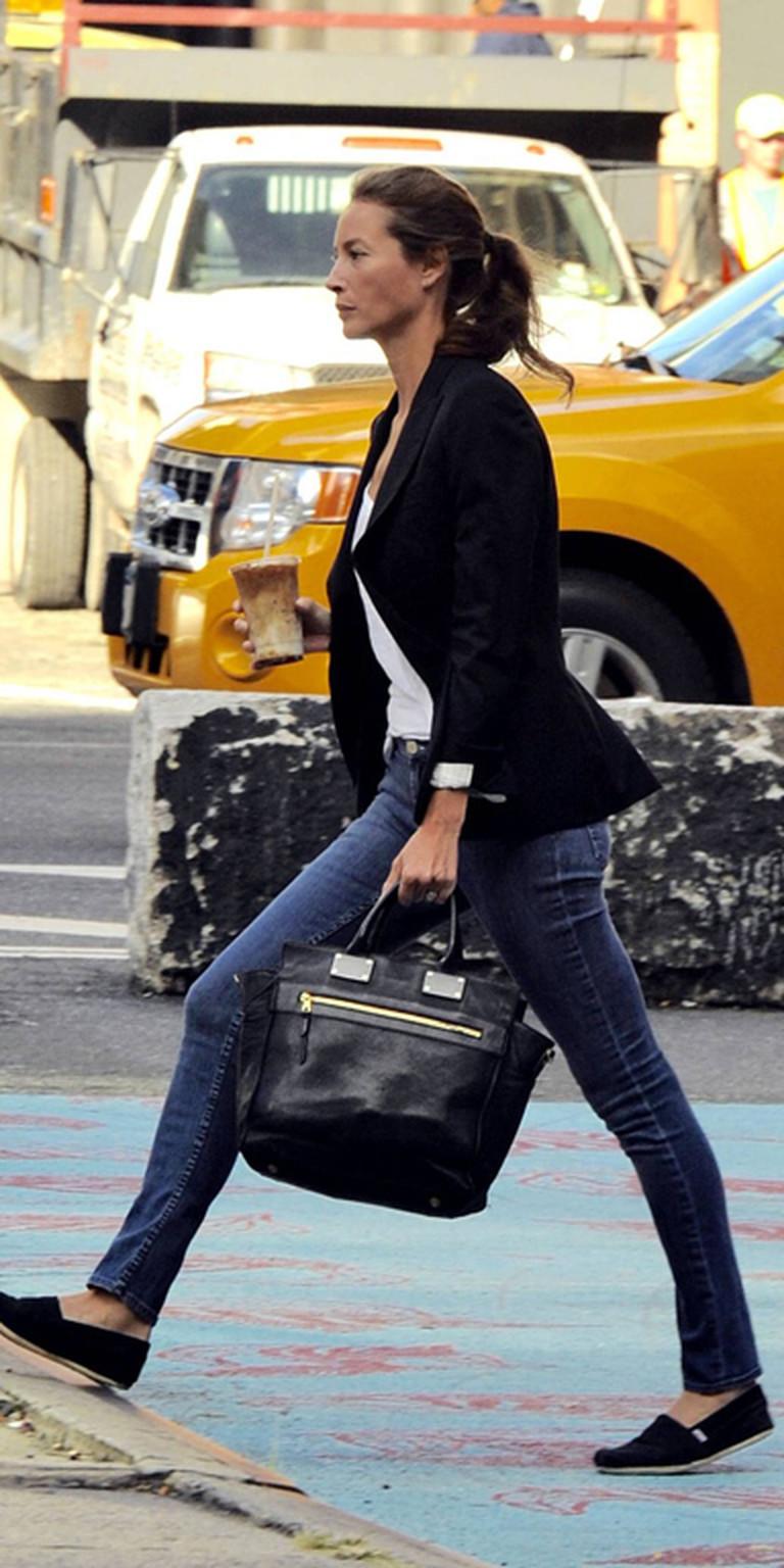Christy Turlington trägt Skinny Jeans