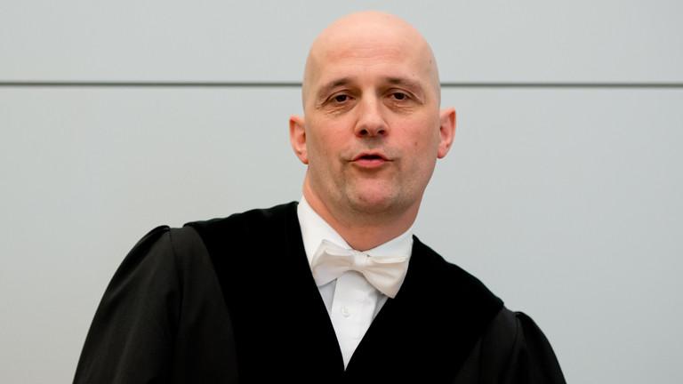 Der Vorsitzende Richter, Rupert Heindl, steht am 13.03.2014 vor Prozessbeginn gegen den Präsidenten des FC Bayern München, Uli Hoeneß, im Landgericht München II (Bayern) im Gerichtssaal 134.