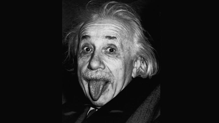 Albert Einstein streckt die Zunge raus.