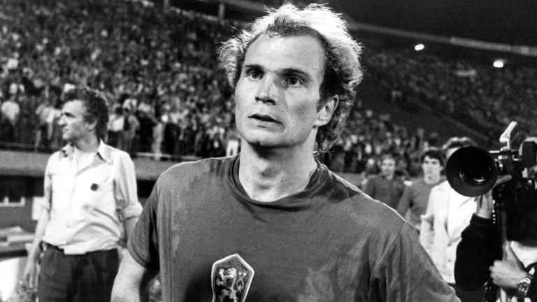 Der Münchner Mittelfeldspieler Uli Hoeneß zeigt sich nach der Entscheidung im getauschten und verschwitzten Trikot eines Gegenspielers geschockt.