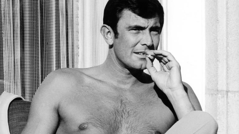 """James-Bond Darsteller George Lazenby am Rande der Dreharbeiten zu dem neuen 007-Film """"Im Auftrag Ihrer Majestät"""" am 31. Oktober 1968 in Mürren (Schweiz)."""
