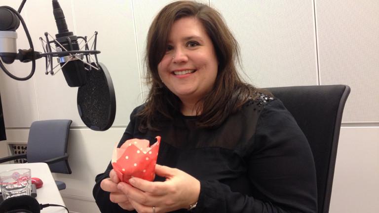 Marion im Studio mit selbstgebackenem Muffin.