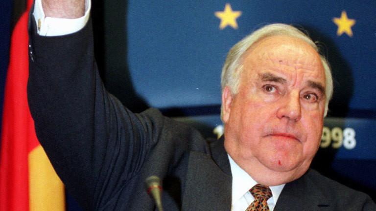 Aufwärts zeigt Bundeskanzler Helmut Kohl während der Abschlußpressekonferenz des Brüsseler Euro-Gipfels am 3.5.1998. Der Start der Europäischen Währungsunion am 1. Januar 1999 ist besiegelt. Nach einem historischen Beschluß der Staats- und Regierungschefs der EU vom 3.5. geben zunächst elf Länder ihre Währungen für den Euro auf.