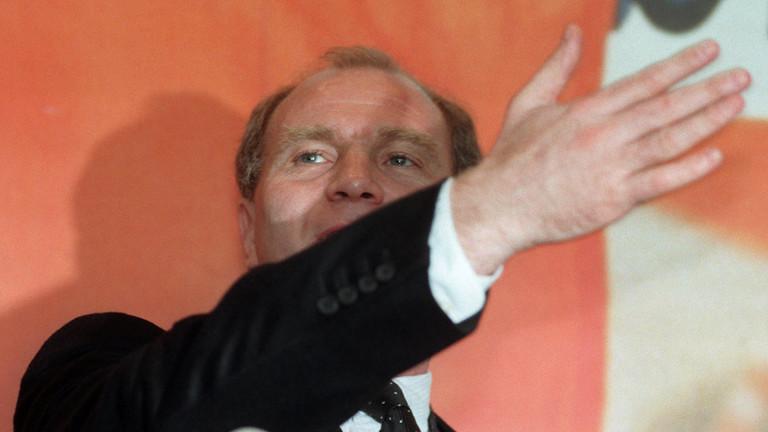 """Mit einer gestenreichen Handbewegung unterstreicht Bayern-Manager Uli Hoeneß auf einer Pressekonferenz des FC Bayern München am 13.3.1997 seine Aussage: """"Wir gehen zur Tagesordnung über. Es gibt überhaupt keine Konsequenzen."""""""