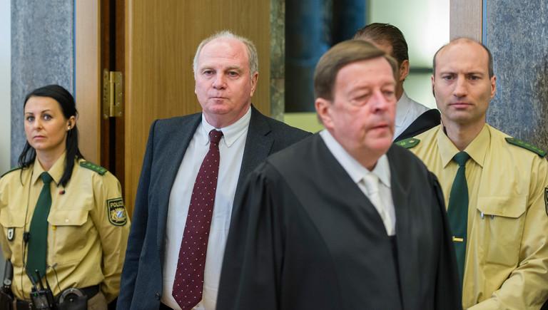 Der Präsident des FC Bayern München Uli Hoeneß (2er v.l) betritt zusammen mit seinem Anwalt Hanns W. Feigen (M), am 10.03.2014 als Angeklagter den Gerichtssaal im Landgericht München II