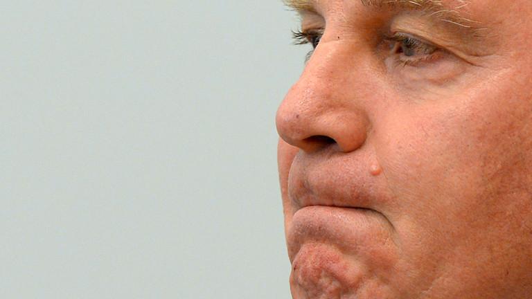Der Präsident des FC Bayern München Uli Hoeneß, steht am 13.03.2014, dem vierten Prozesstag, als Angeklagter im Landgericht München II (Bayern).